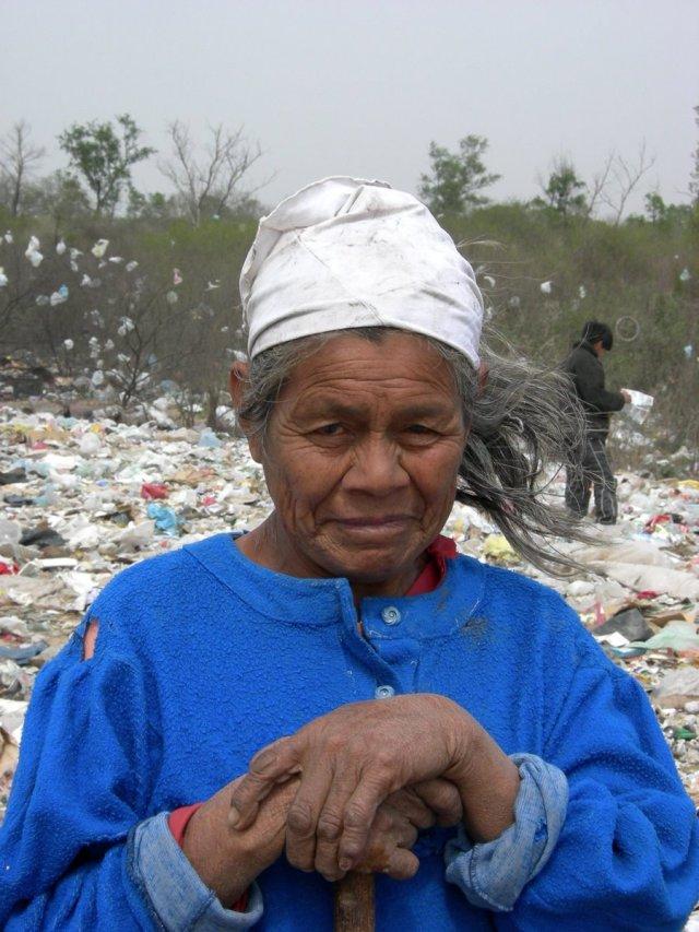 Mujer wichi, en el basural de El Quebrachal, Salta